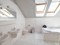 Koupelna u ložnice (Prodej domu v osobním vlastnictví 285 m², Březí)