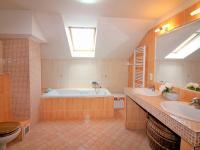 koupelna v patře (Prodej domu v osobním vlastnictví 280 m², Zdiby)