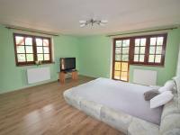 ložnice se šatnou (Prodej domu v osobním vlastnictví 280 m², Zdiby)