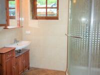 koupelna v přízemí (Prodej domu v osobním vlastnictví 280 m², Zdiby)