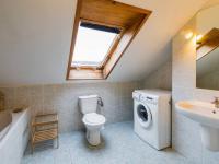 Koupelna s toaletou (Prodej bytu 2+kk v osobním vlastnictví 80 m², Praha 9 - Libeň)