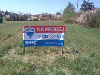 pohled od hlavní cesty - Prodej pozemku 956 m², Štěchovice