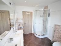 Koupelna - Pronájem bytu 4+kk v osobním vlastnictví 102 m², Praha 10 - Uhříněves