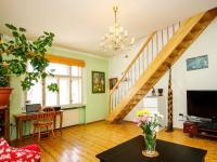 pokoj se schodištěm do podkroví - Prodej domu v osobním vlastnictví 380 m², Ústí nad Labem
