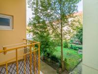 pohled do vnitrobloku (Prodej bytu 2+1 v osobním vlastnictví 68 m², Praha 10 - Vršovice)