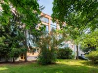 pohled na dům - zadní vchod (Prodej bytu 2+1 v osobním vlastnictví 58 m², Praha 4 - Krč)