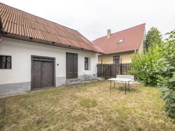zahrada se zahradním domkem (v pozadí obyvatelná část nemovitosti) - Prodej chaty / chalupy 155 m², Chyšky
