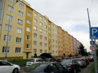 čelní pohled na dům (Prodej bytu 3+1 v osobním vlastnictví 67 m², Plzeň)