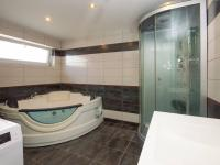 Koupelna s masážní vanou - Pronájem bytu 4+kk v osobním vlastnictví 186 m², Bohutice