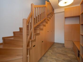 Vstupní chodba se schodištěm - Pronájem bytu 4+kk v osobním vlastnictví 186 m², Bohutice