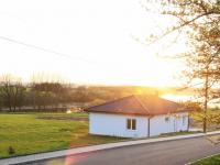 Pohled přes silnici (Prodej pozemku 1753 m², Okrouhlá)