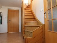 schody do pokoje pod střechou - Prodej bytu 6+1 v osobním vlastnictví 160 m², Karlovy Vary