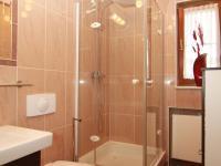 koupelna v přízemí - Prodej domu v osobním vlastnictví 417 m², Karlovy Vary