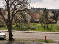 pohled od OÚ přes silnici (Prodej pozemku 1233 m², Jevany)