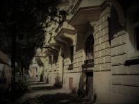 Dům - okna bytu 2,30 m nad chodníkem (Prodej bytu 2+1 v družstevním vlastnictví 76 m², Praha 2 - Vinohrady)