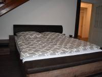 spodní ložnice na patře s obývacím pokojem (Pronájem bytu 3+kk v osobním vlastnictví 145 m², Praha 2 - Vinohrady)