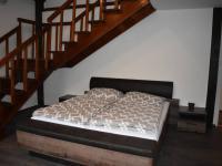 schodiště do ložnice s terasou (Pronájem bytu 3+kk v osobním vlastnictví 145 m², Praha 2 - Vinohrady)