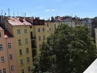 výhled do dvora (Pronájem bytu 3+kk v osobním vlastnictví 145 m², Praha 2 - Vinohrady)