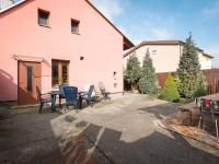 Pohled na dům ze dvorku (Prodej domu v osobním vlastnictví 98 m², Praha 10 - Hostivař)