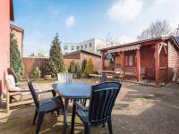 Pohled na dvorek se zahradním domkem (Prodej domu v osobním vlastnictví 98 m², Praha 10 - Hostivař)