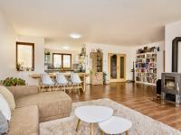 obývák (Prodej domu v osobním vlastnictví 281 m², Zbuzany)