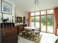prosklená jídelní část (Prodej domu v osobním vlastnictví 300 m², Řitka)