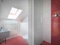 koupelna v 3.NP (Prodej domu v osobním vlastnictví 250 m², Praha 5 - Řeporyje)