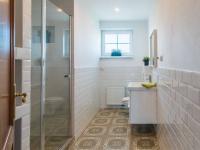 Koupelna (Prodej domu v osobním vlastnictví 312 m², Jesenice)