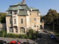 Pohled z okna chodby domu (Prodej bytu 2+kk v osobním vlastnictví 67 m², Praha 8 - Karlín)