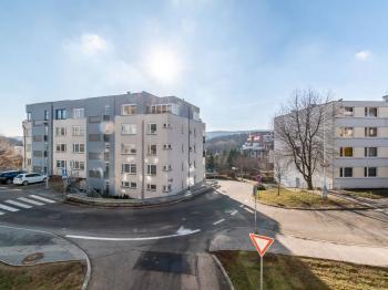 Výhled z obývacího pokoje - Prodej bytu 2+kk v osobním vlastnictví 43 m², Praha 5 - Motol