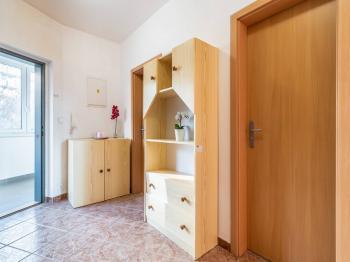 Předsíň s pohledem na dveře do koupelny a WC - Prodej bytu 2+kk v osobním vlastnictví 43 m², Praha 5 - Motol