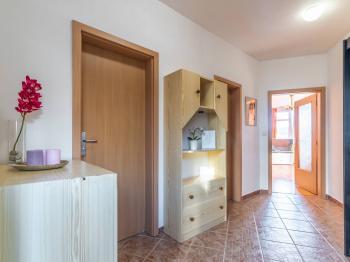 Prostorná předsíň - Prodej bytu 2+kk v osobním vlastnictví 43 m², Praha 5 - Motol