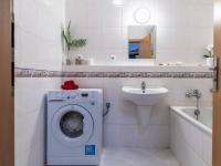 Koupelna (Prodej bytu 2+kk v osobním vlastnictví 43 m², Praha 5 - Motol)