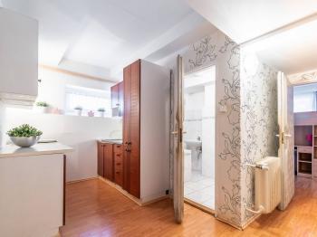 Kuchyňský kout + koupelna - Prodej bytu 3+1 v osobním vlastnictví 57 m², Praha 6 - Dejvice