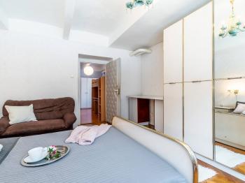 Pohled z ložnice do dalšího pokoje - Prodej bytu 3+1 v osobním vlastnictví 77 m², Praha 6 - Dejvice