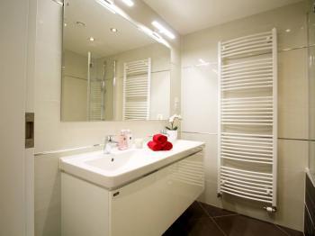 Koupelna s akrylátovou vanou - Pronájem bytu 3+kk v osobním vlastnictví 85 m², Praha 5 - Smíchov