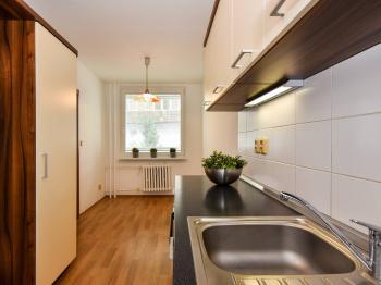 Současná kuchyň... - Prodej bytu 2+1 v osobním vlastnictví 61 m², Praha 9 - Vysočany