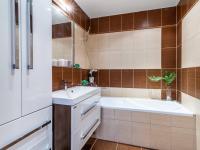 Koupelna v prvním patře - Prodej domu v osobním vlastnictví 234 m², Praha 9 - Prosek