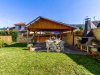 Udržovaná zahrada s posezením - Prodej domu v osobním vlastnictví 234 m², Praha 9 - Prosek