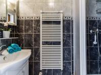 Koupelna ve 3.NP - Prodej domu v osobním vlastnictví 234 m², Praha 9 - Prosek