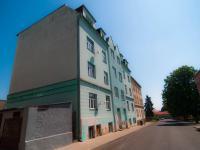 Pohled na dům a silnici (Prodej nájemního domu 850 m², Košťany)