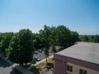 Výhled z okna - parkoviště (Prodej nájemního domu 850 m², Košťany)