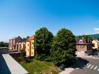 Pohled z okna - silnice (Prodej nájemního domu 850 m², Košťany)