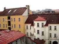 Pohled z ložnice (Pronájem bytu 2+kk v osobním vlastnictví 48 m², Praha 3 - Žižkov)