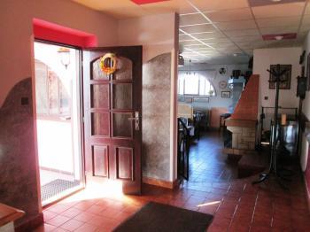 vstup a pohled do jídelny s krbem - Pronájem restaurace 260 m², Miličín
