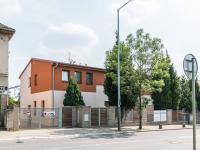 Pohled z hlavní ulice - Pronájem bytu 1+kk v osobním vlastnictví 26 m², Praha 9 - Dolní Počernice