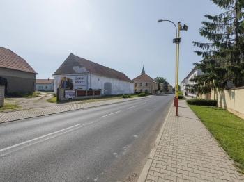 pohled ze silnice - Prodej zemědělského objektu 295 m², Krabčice