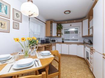 Jídelna s kuchyňským koutem - Prodej domu v osobním vlastnictví 151 m², Krabčice