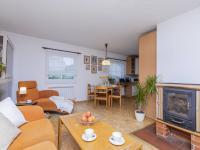 Obývací pokoj s krbem - Prodej domu v osobním vlastnictví 151 m², Krabčice