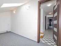 Horní chodba z pracovny - Prodej domu v osobním vlastnictví 142 m², Chodouny